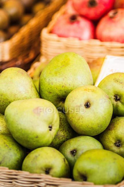 Close-up tiro de peras maduras na cesta — Fotografia de Stock