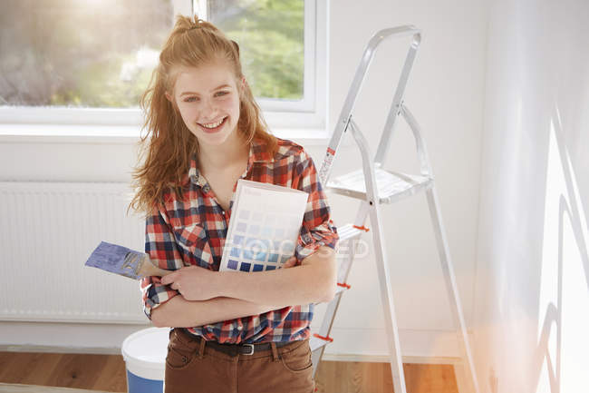 Ritratto di ragazza adolescente con pennello e tampone — Foto stock