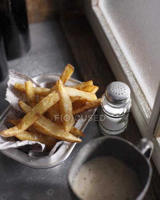 Handgeschnittene Chips und Salzstreuer — Stockfoto