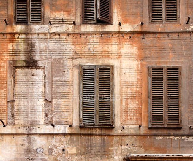 Persiane in legno su edificio abbandonato — Foto stock