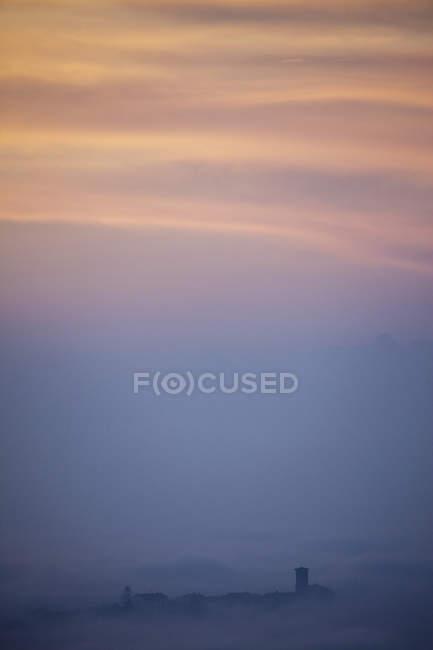 Silueta de los tejados de nube baja en puesta del sol, Langhe, Piamonte. Italia - foto de stock