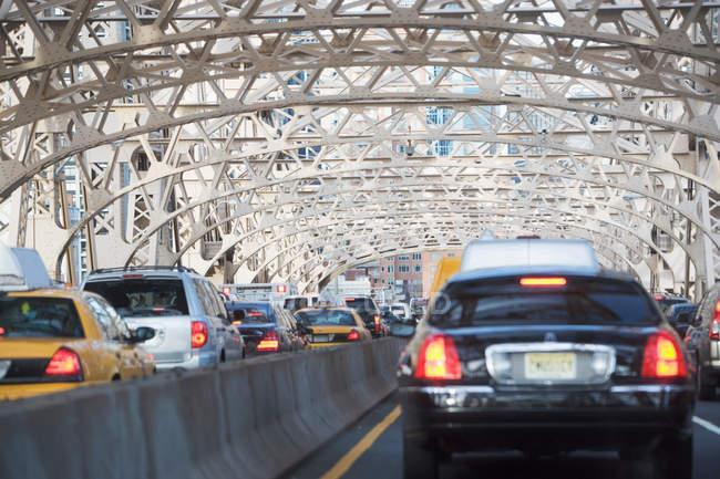 Traffic on urban bridge on 59th street, New york city, usa — стоковое фото