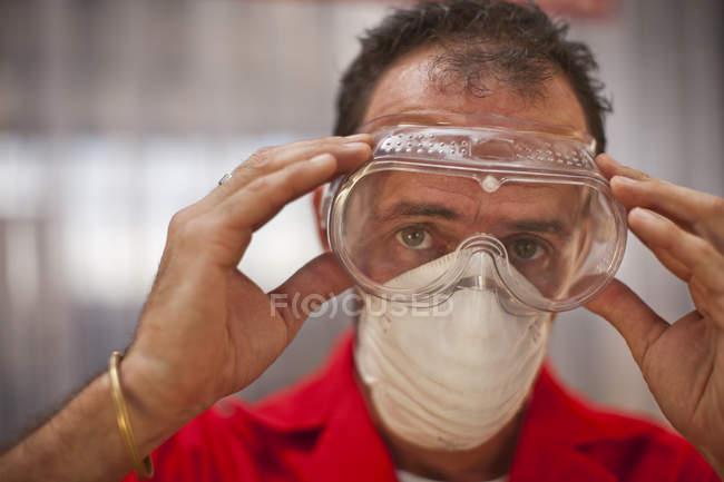 Menuisier portant des lunettes de protection — Photo de stock