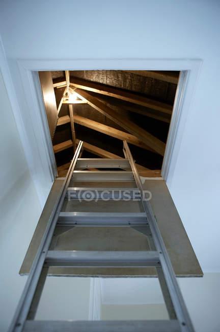 Scaletta che porta fino a illuminato loft — Foto stock