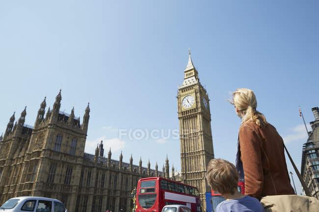 Mère et fils caucasiens regardant grand ben, Londres, Royaume-Uni — Photo de stock