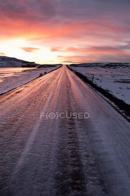 Заморожені дороги в сніжний пейзаж на заході сонця, Ісландія — стокове фото