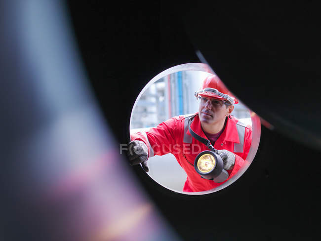 Worker inspects gas storage plant — Stock Photo