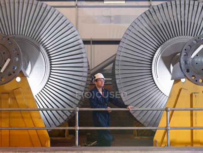 Інженер стояв біля турбін — стокове фото