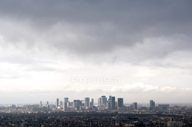 Hermoso paisaje urbano con arquitectura moderna y cielo nublado, París - foto de stock