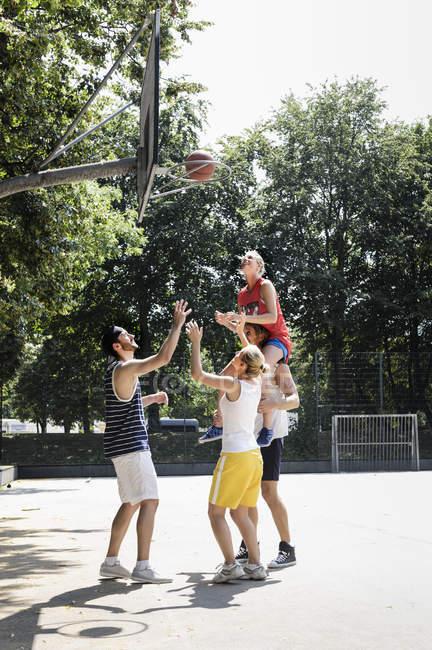 Группа друзей развлекается, играя в баскетбол — стоковое фото