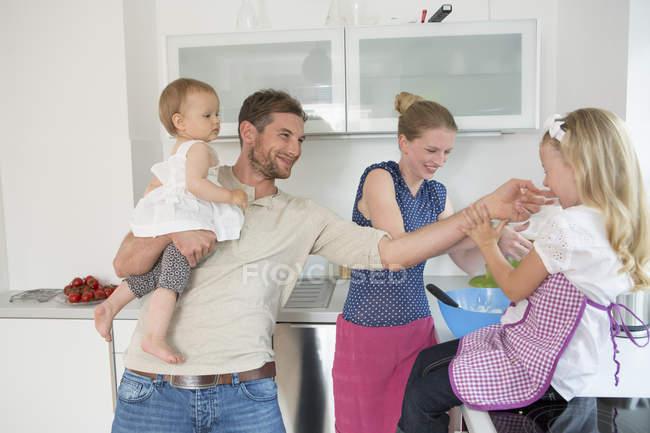 Cottura familiare in cucina a casa — Foto stock