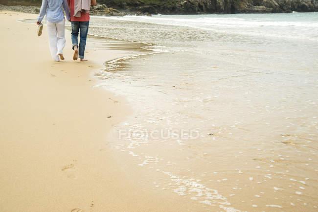 Colpo ritagliato di coppia matura passeggiando sulla spiaggia, Camaret-sur-mer, Bretagna, Francia — Foto stock