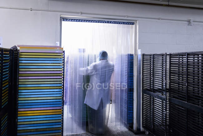 Worker moving products in chocolate factory — Stock Photo