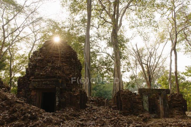 Sunlight over temple ruin, Prasat Thom, Koh Ker, Cambodia — Stock Photo