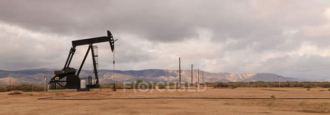 View of Derricks in oil well, California — Stock Photo