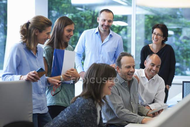 Мужчины и женщины-бизнесмены встречаются за столом в офисе — стоковое фото
