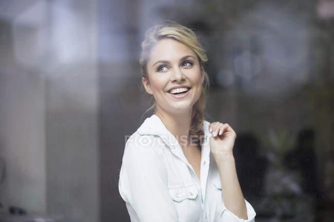 Porträt einer jungen Frau im Café, aus dem Fenster gesehen — Stockfoto