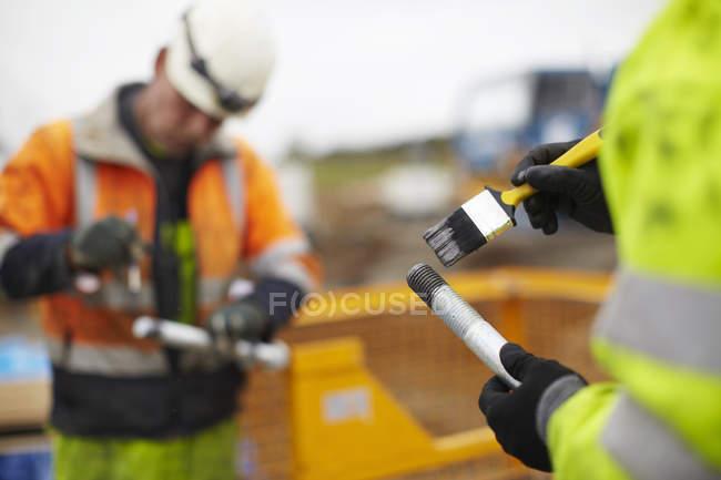 Инженеры, работающие на ветряных электростанциях — стоковое фото