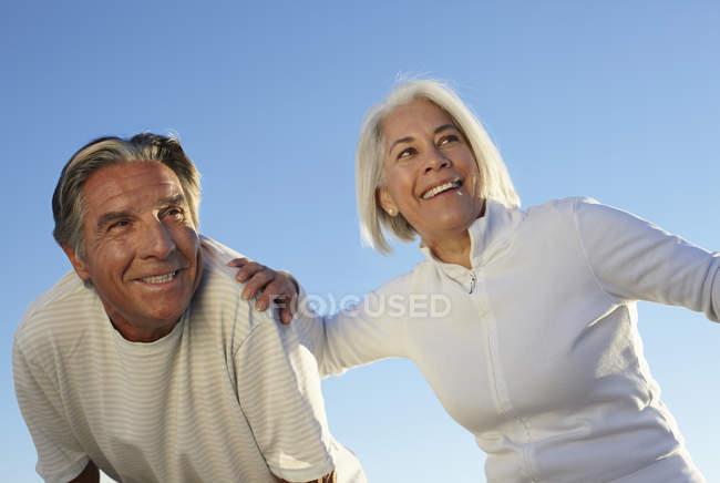 Retrato de pareja feliz al aire libre - foto de stock