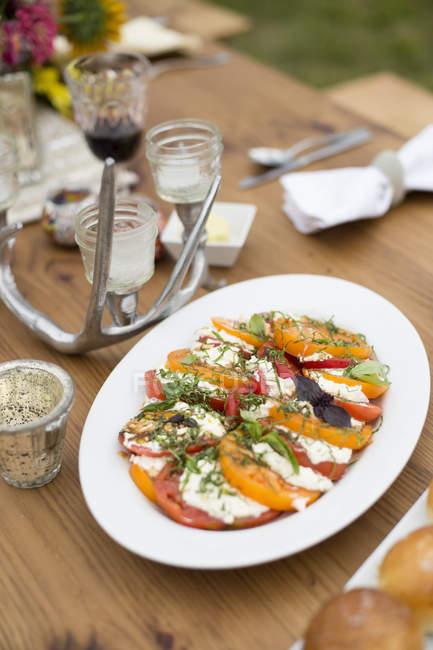Piatto d'insalata caprese preparata sul tavolo da pranzo — Foto stock