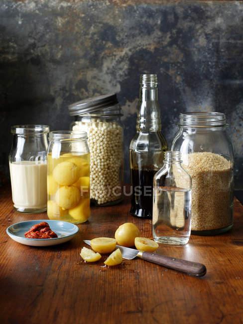 Zutaten in Gläsern und in Scheiben geschnittene Zitrone — Stockfoto