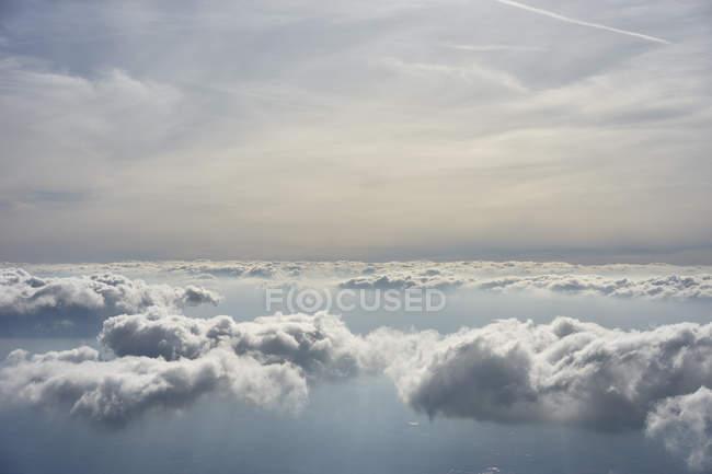 Vista aerea di bel paesaggio nuvoloso la sera — Foto stock