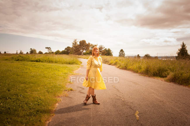 Young woman standing on rural path — Stock Photo