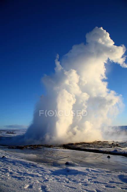 Dampf steigt aus natürlichen Geysir — Stockfoto