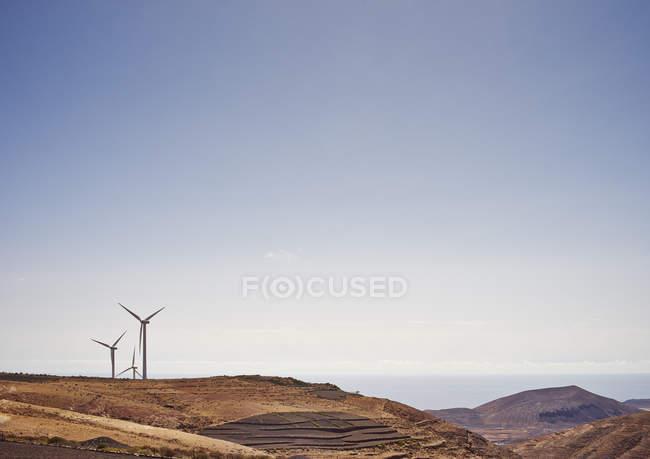Les turbines de vent sur la colline avec clairement ciel bleu — Photo de stock