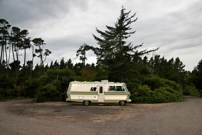 Camper van на відокремленому дорозі — стокове фото