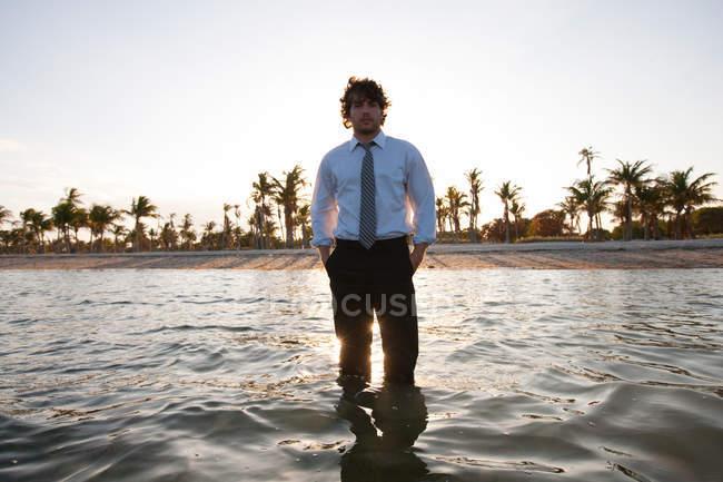 Homme d'affaires debout en mer — Photo de stock