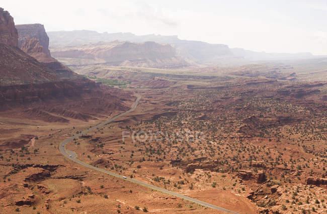 Vue du lointain chemin rural dans la vallée, Parc National de Capitol Reef, Torrey, Utah, Usa — Photo de stock