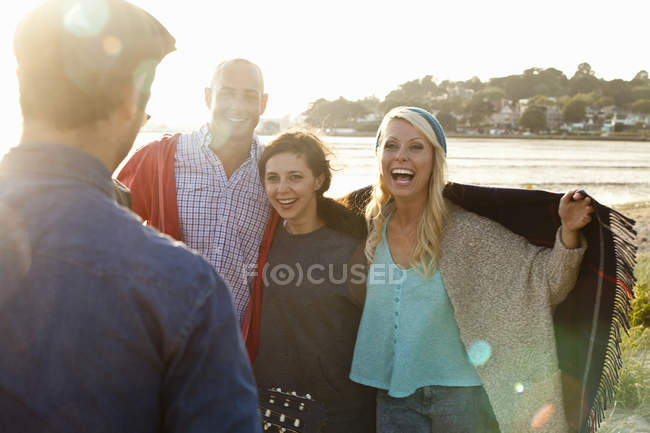 Four friends with picnic blanket on Bournemouth beach, Dorset, UK — Stock Photo