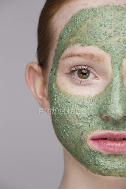 Abgeschnittenes Bild einer jungen Frau mit Gesichtsmaske — Stockfoto