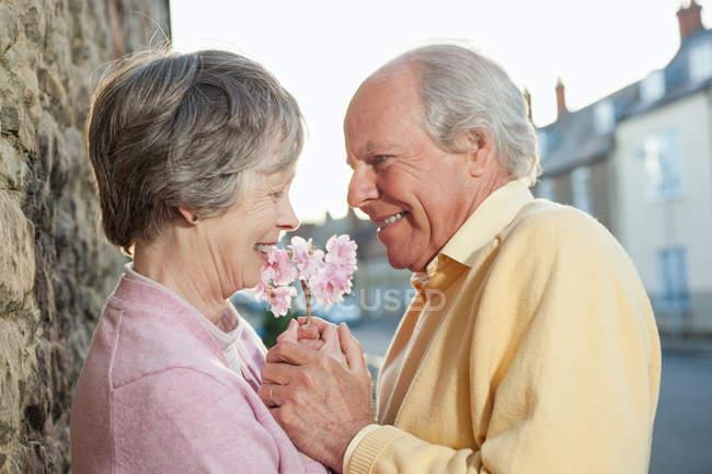 Людина даючи квітка з дружиною — стокове фото