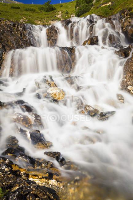 Vue panoramique de la cascade rocheuse, col de l'Albula, Graubunden, Suisse — Photo de stock
