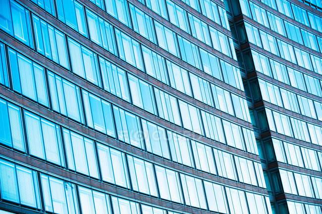 Офисное здание с изогнутый фасад — стоковое фото