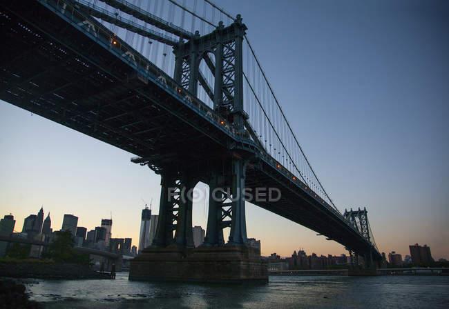 Vista de ângulo baixo da ponte de Manhattan ao pôr do sol, Nova Iorque, EUA — Fotografia de Stock
