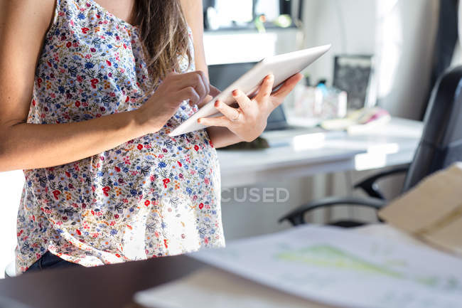 Куповані подання вагітній жінці за допомогою цифровий планшетний — стокове фото