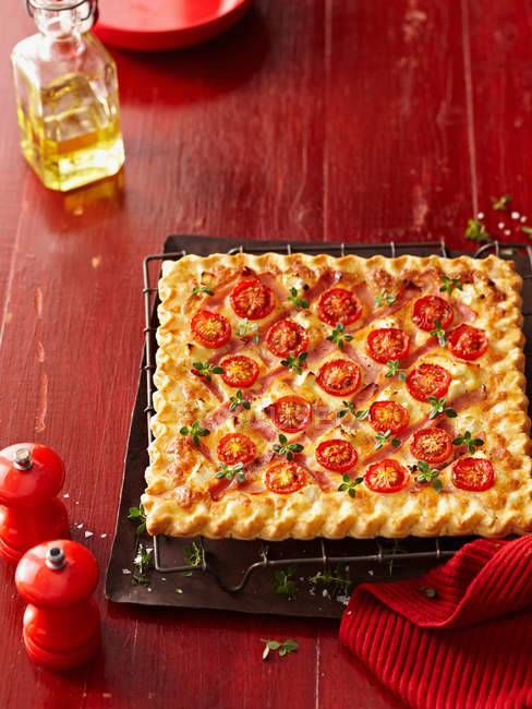 Quadratische Pizza mit Tomaten und Kräutern — Stockfoto