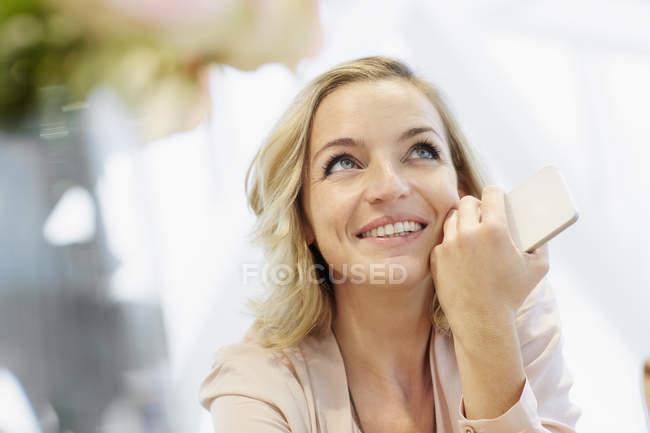 Retrato de mulher adulta média com devaneio móvel — Fotografia de Stock