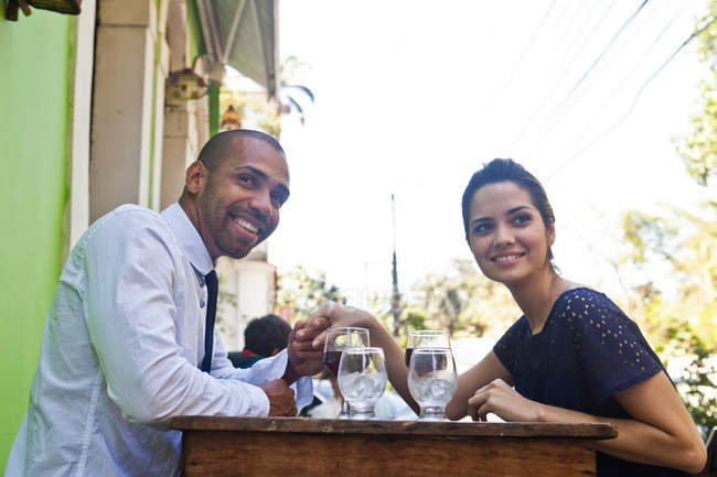 Paar hält Händchen im Outdoor-Café — Stockfoto