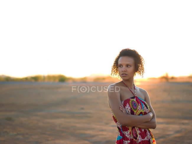 Frau steht in Wüstenlandschaft — Stockfoto