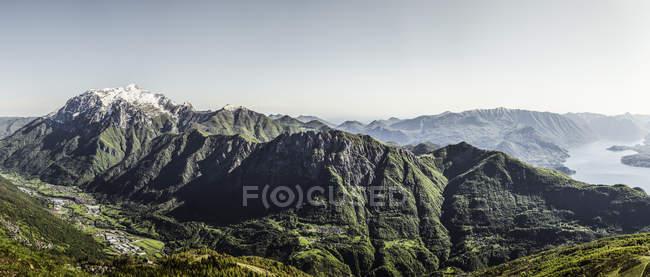 Живописный вид на горы, озеро Комо, Италия — стоковое фото