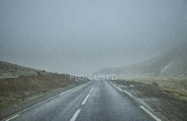 Вид на пустую дорогу под дождем, Атласские горы, Морчо — стоковое фото