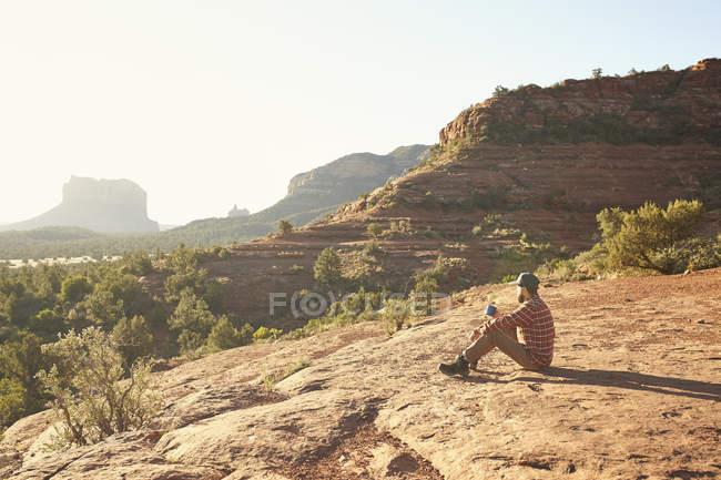 Homem que senta-se e que olha a vista, Sedona, o Arizona, EUA — Fotografia de Stock