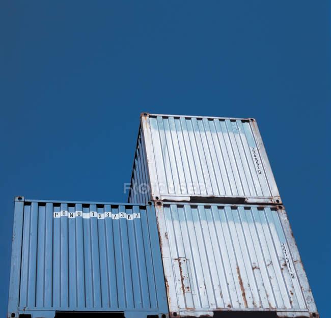Транспортування контейнерів проти блакитного неба — стокове фото