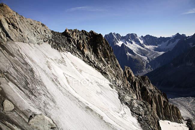 Montagne e ghiacciaio vicino al mont blanc alla luce del sole — Foto stock