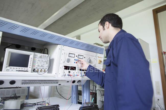 Контрольная панель для мужчин в мастерской — стоковое фото