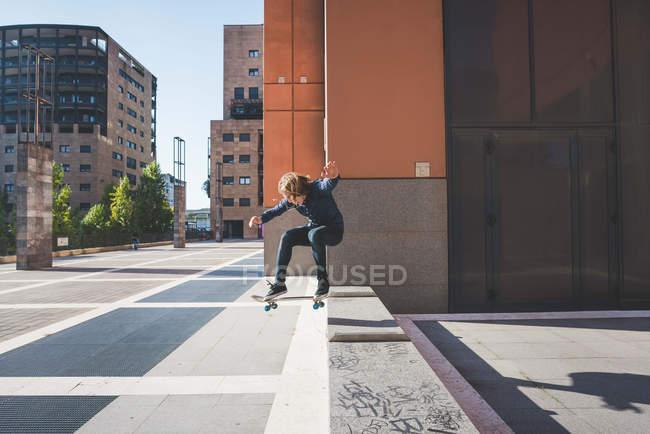 Молоді чоловіки Скейтбордист скейтбординг up міського крок — стокове фото